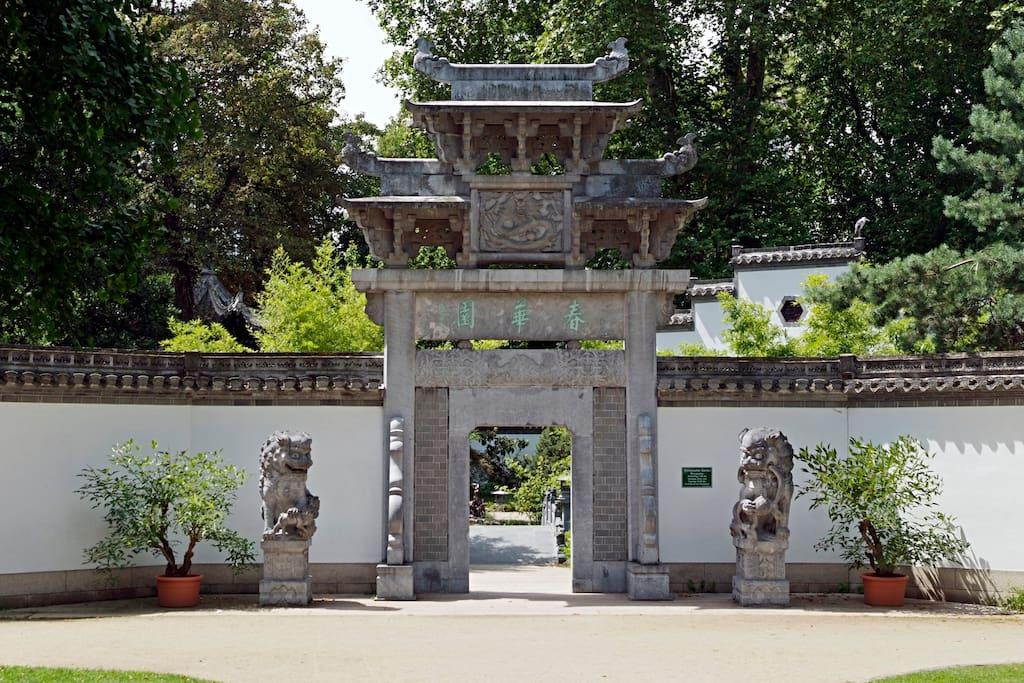 Direkt vor der Haustür der Eingang zum chinesischen Garten. Hier kannst Du dich von Deiner Siteseeing-Tour entspannen.
