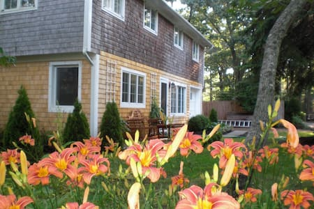 Lovely Vineyard Neighborhood Home - Vineyard Haven
