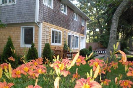 Lovely Vineyard Neighborhood Home - Vineyard Haven - Casa