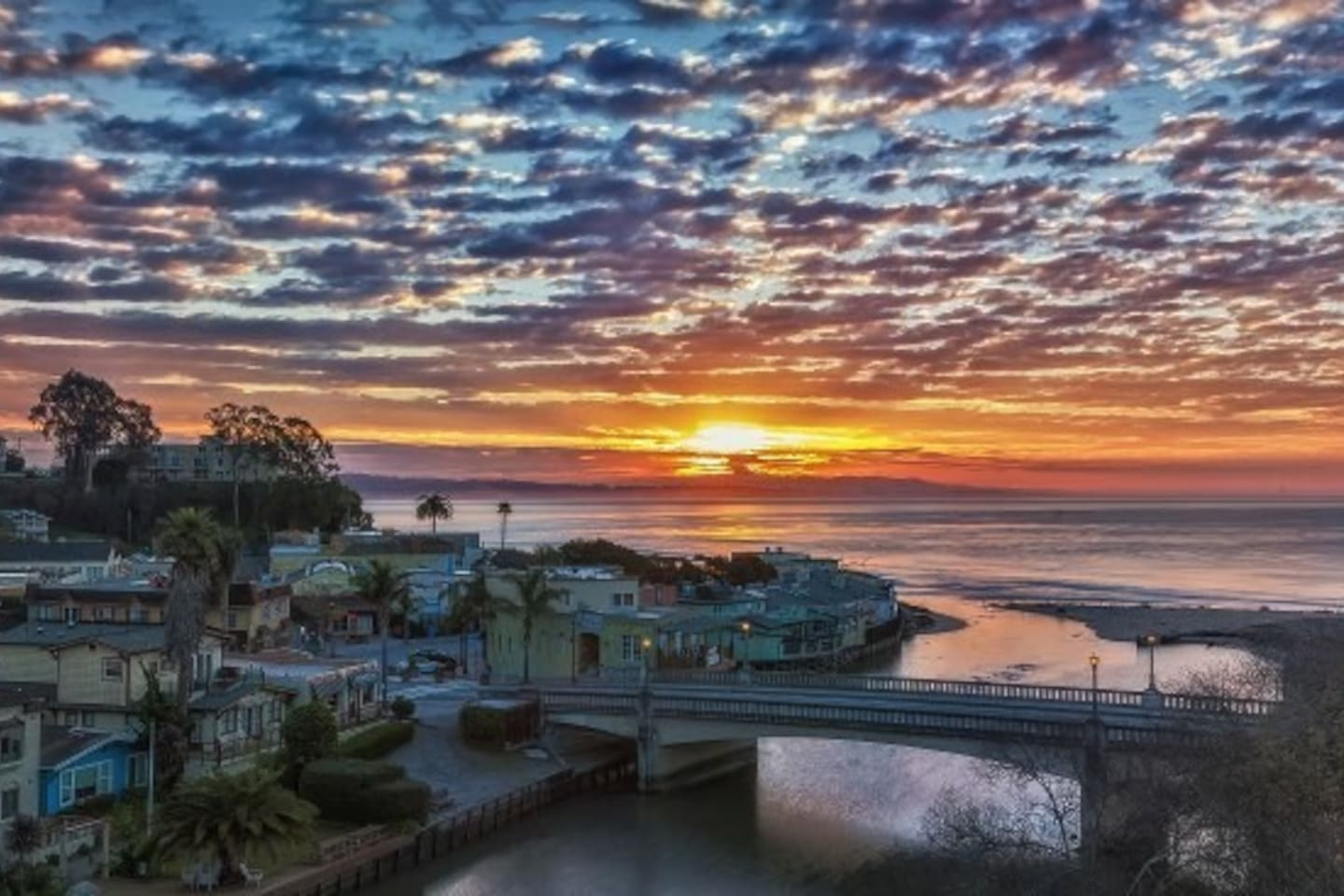 30 minute walk to beautiful Capitola Village for restaurants, shopping and the beach.