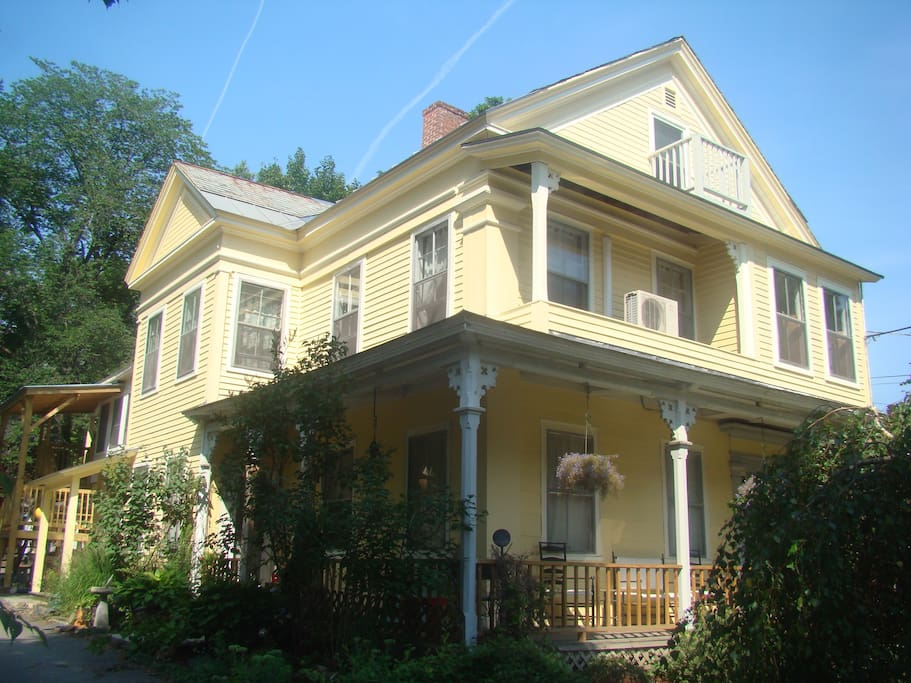 built in 1860 - 2 bedroom apt on 3 levels