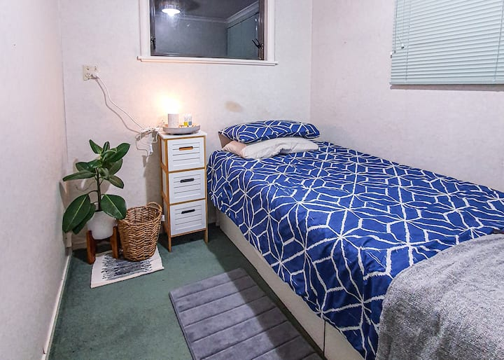 Cheap room between The Base & CBD (WiFi&bus stop)