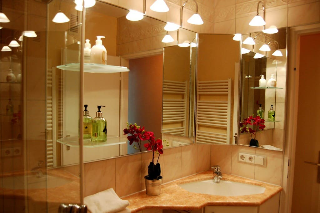 Badezimmer mit Dusche Bathroom with shower