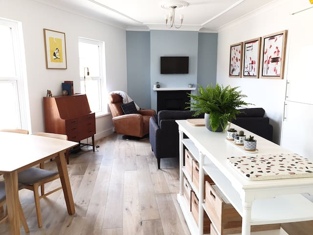 Renovated and charming flat near central London