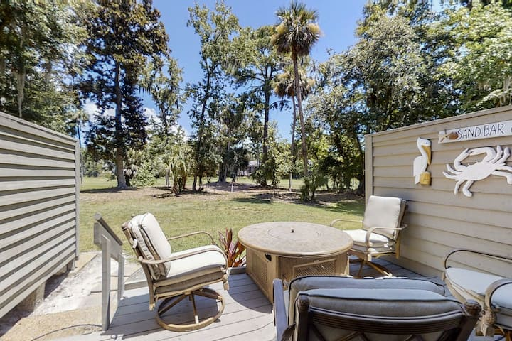 Golf course-view condo w/ a furnished patio & shared pool - near beaches!