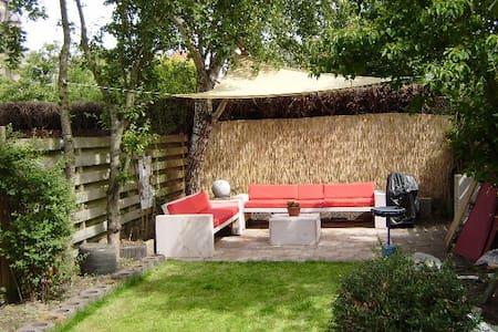 Prettig ruim vakantiehuis, grote tuin. Duin en zee - Castricum - Huis