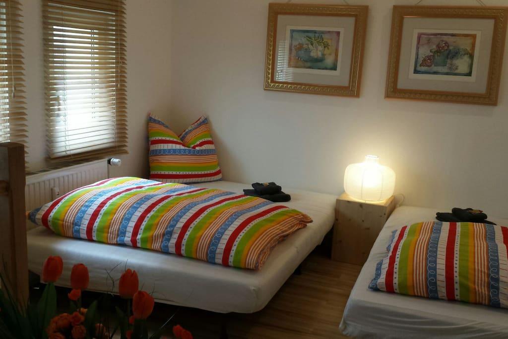 Oberes Schlafzimmer mit zwei großen Betten