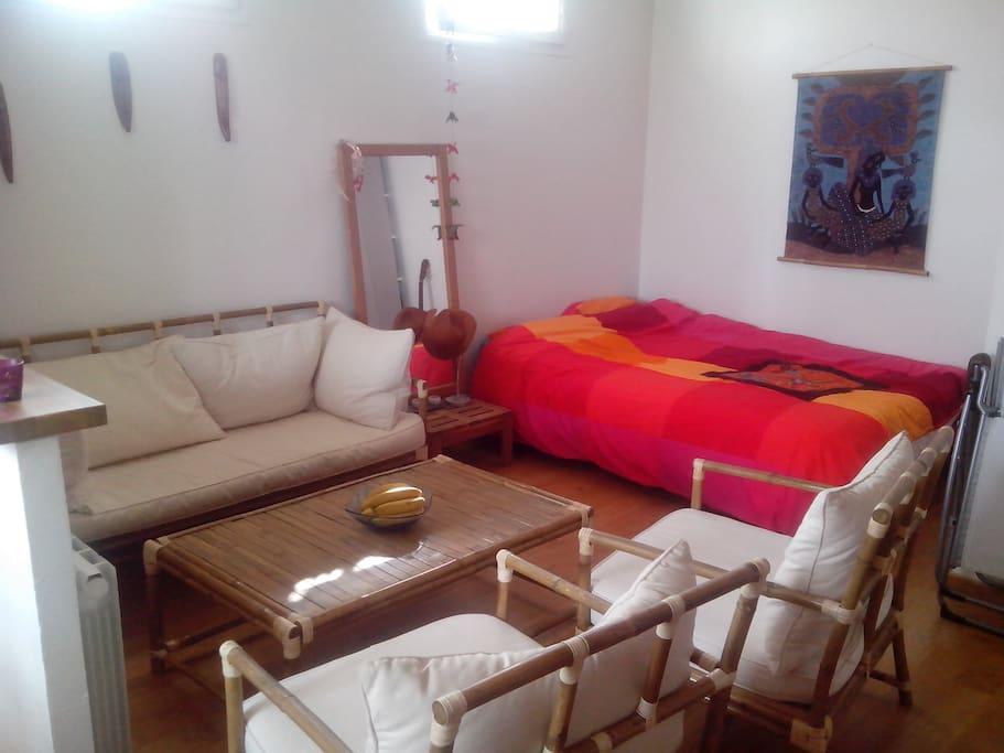 Canapé, fauteuils et lit double 140x200