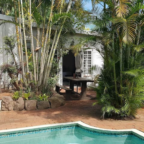 Self catering poolside family room. - Durban North - Aamiaismajoitus