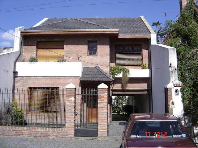Excelente Casa de 3 pisos del 2001. - Remedios de Escalada - Haus