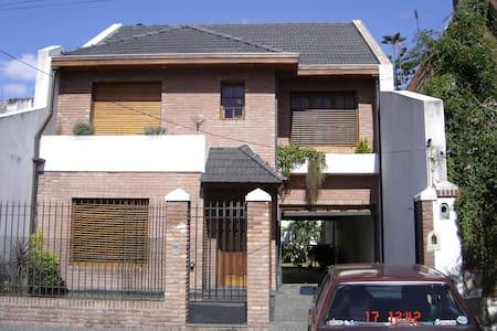 Excelente Casa de 3 pisos del 2001. - Remedios de Escalada - House