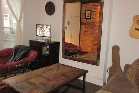 Classic, cozy east Baltimore row home - Baltimore - Rumah