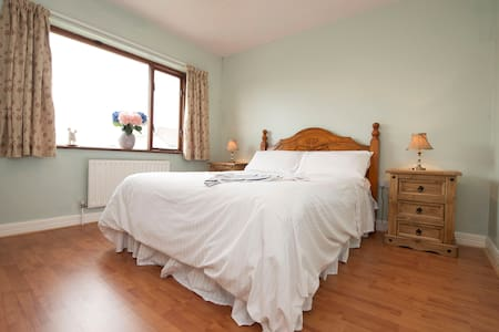 Cosy Double Room in Family Home - Galway - Maison