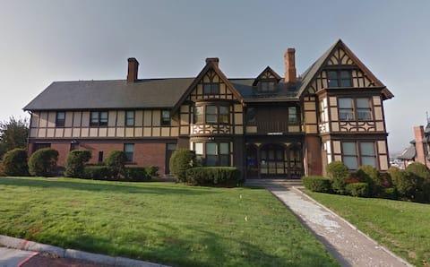 Estudio privado en English Tudor Historic Home