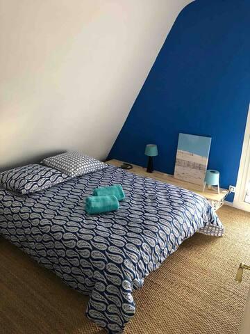 """chambre 6 : à l'étage de l'espace """"Maison de Lilly"""", 1 lit double , dressing"""