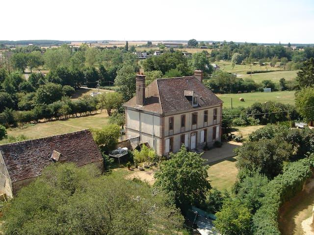 DORMIR AU PRESBYTERE - Rueil-la-Gadelière - Дом