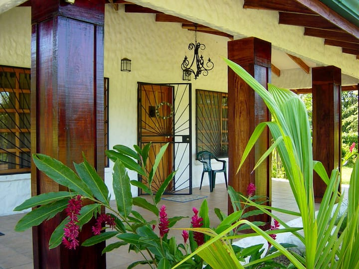 Charming, Private 2 BR Sleeps 6