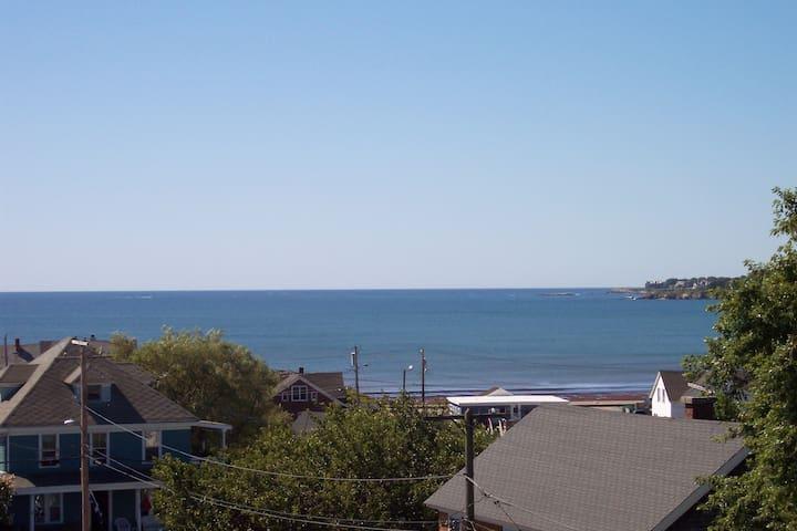 3 bedrooms. Amazing ocean views. Walk to beach.