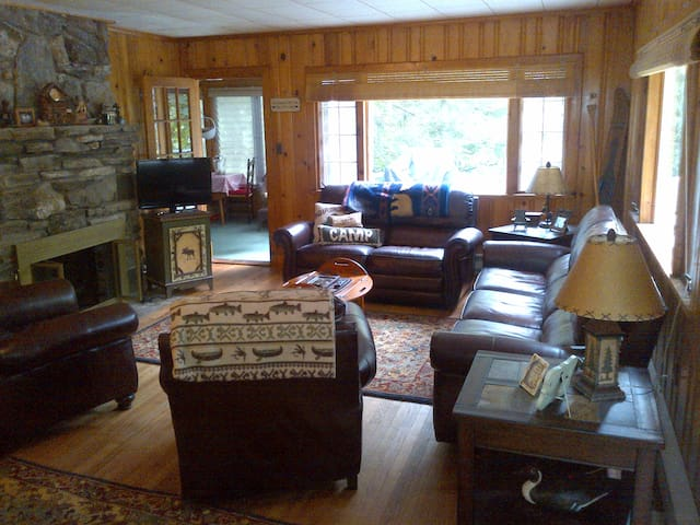 Cabin with private beach, classic Lake George 2BR - Lake George - Rumah