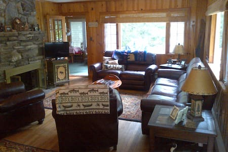Cabin with private beach, classic Lake George 2BR - Lake George