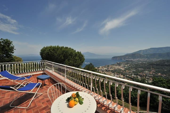 Bright double bedroom w/ balcony  - Sorrento - Aamiaismajoitus