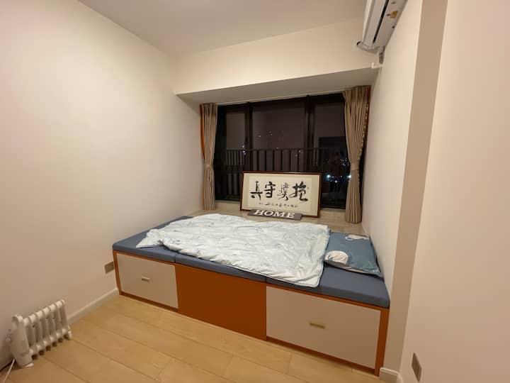 南山核心区域~距机场、福田20分钟可达~三房中的独立小房间出租~主人会做菜会调酒还有限量版威士忌