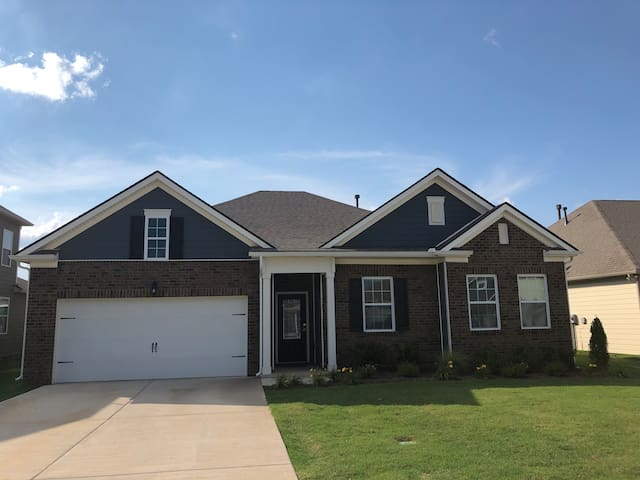 Spacious Rooms Near Nashville and Airport!