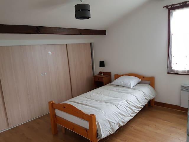 Une chambre simple à l'étage avec vue sur le village.