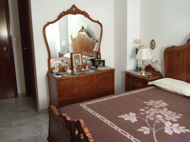 Dormitorio principal con baño. Main room with private bathroom.