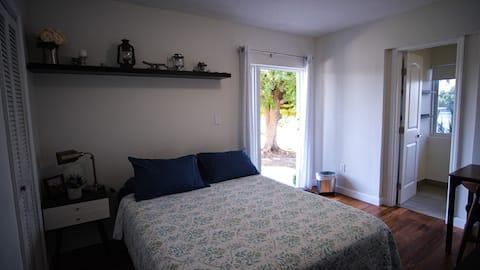 Eget værelse og badeværelse med egen indgang