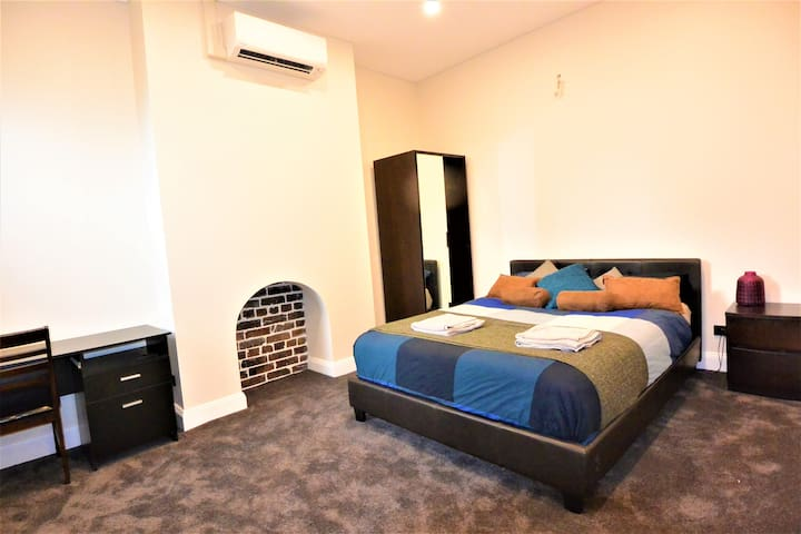 Huge Queen Room in City Centre with Home Cinema!