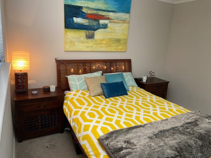 Private room with queen bed north of Perth CBD