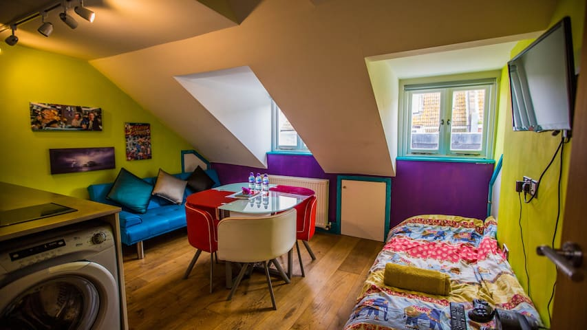 Private Central Attic Flat 2 min walk from Pier