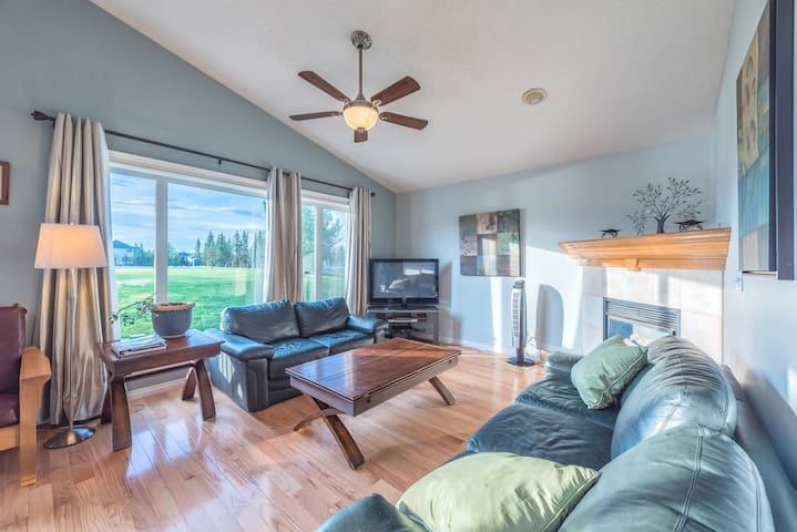 Huge Home For Your Group. 4 BR 3 BT  Mins to YYC! - Calgary