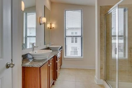Private floor/walk to everything! - Charlotte - Townhouse