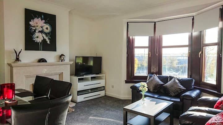 Large Cosy Flat across Silverburn Shopping Centre