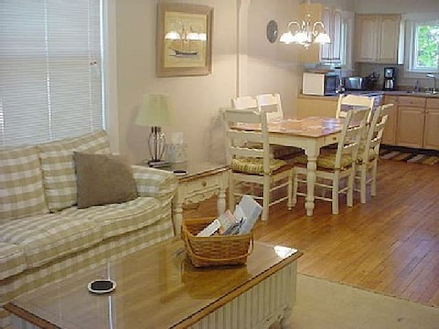 Pet-friendly cottage-open floorplan, walk to beach - Charlevoix - 一軒家