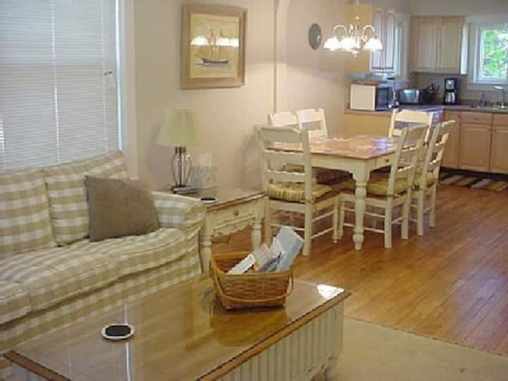 Pet-friendly cottage - walk to beaches and town!