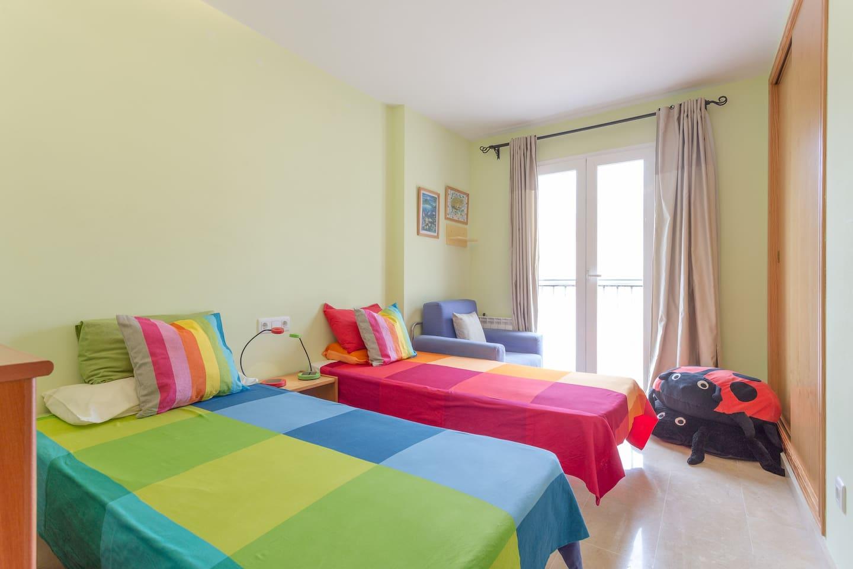 Amplia habitación con 2 camas normales y una auxiliar (la butaca del fondo)