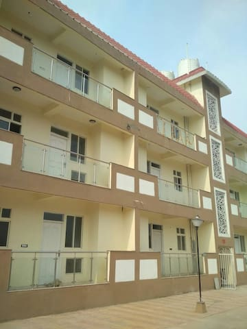 3 BHK FLOOR HEART OF BHIWADI, COOL, QUIET PLACE.