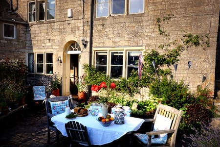 B&B in traditional Cotswold cottage - Stroud - B&B