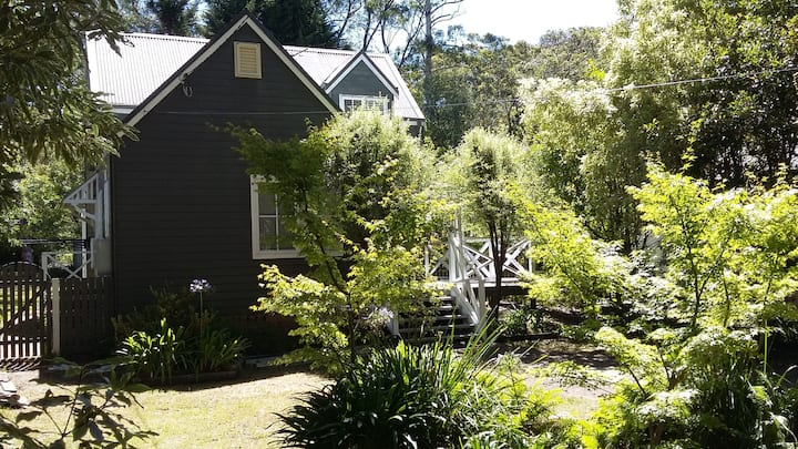 """Ashwood"" mountain cottage near Katoomba Falls"