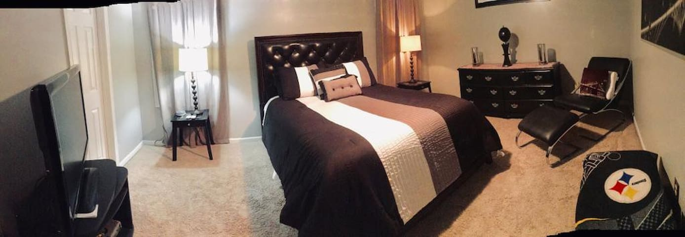 Master Getaway - Master Bedroom with PRIVATE Bath!