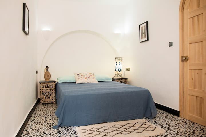 Cozy room with private Bathroom inside the Medina.