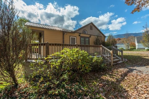 Toe River Cozy Cottage | Pet-Friendly with Covered Deck & Gas Grill! - 2 Bedroom, 1 Bathroom