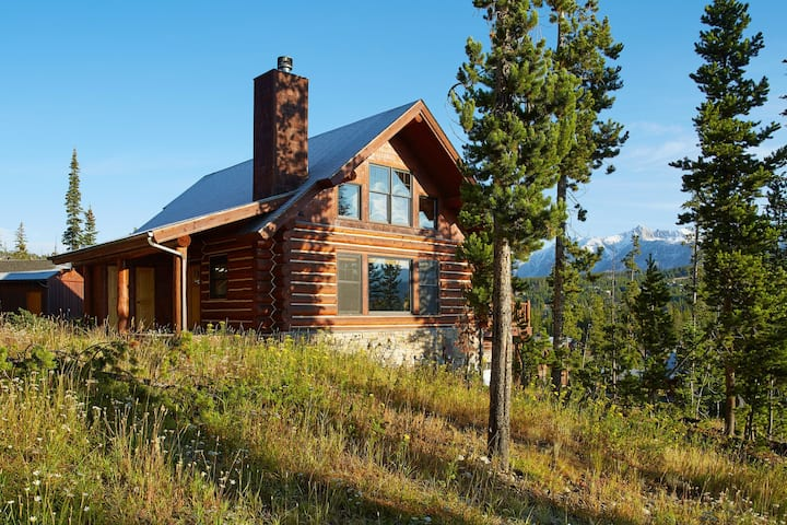 Ski-in/ski-out at this three-story mountain cabin w/ deck, hot tub, & views