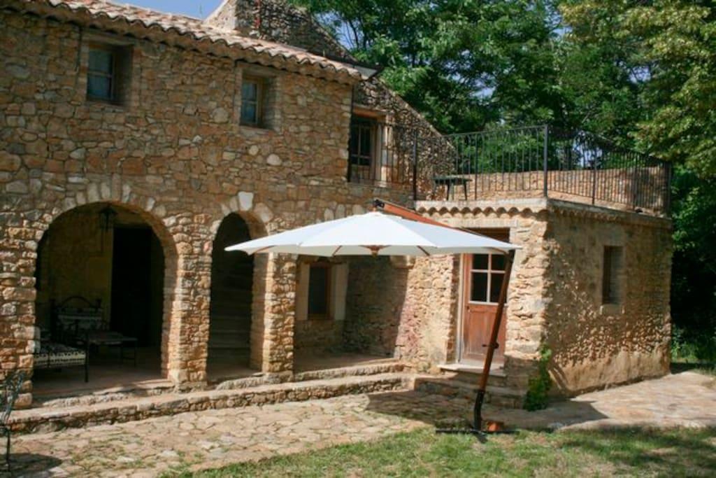 Le mas, terrasse de la chambre d'hôte (en haut à droite)