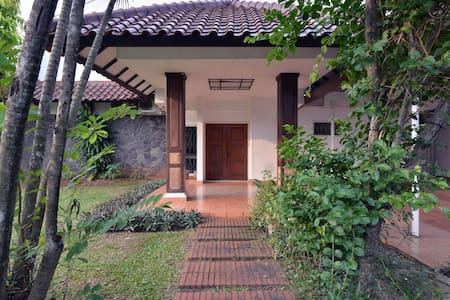 House with swimming pool in Jakarta (w/ WIFI & TV) - Bintaro