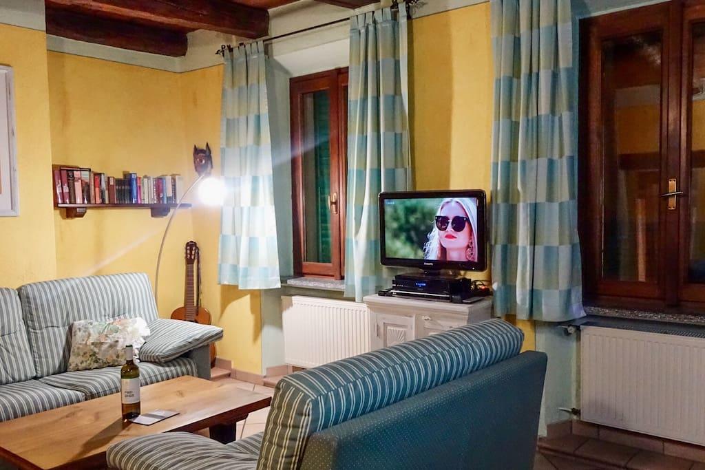 Wohnzimmer mit Farbe-TV
