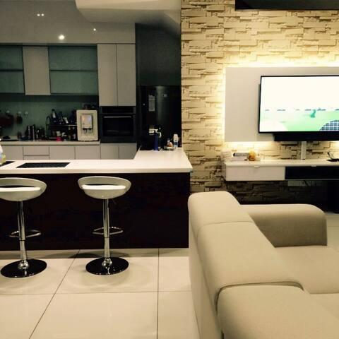 3 storey semi-D villa with wifi, smart tv.